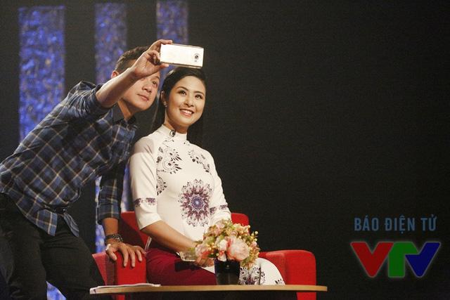 Cô cùng MC Anh Tuấn không quên chụp ảnh kỷ niệm
