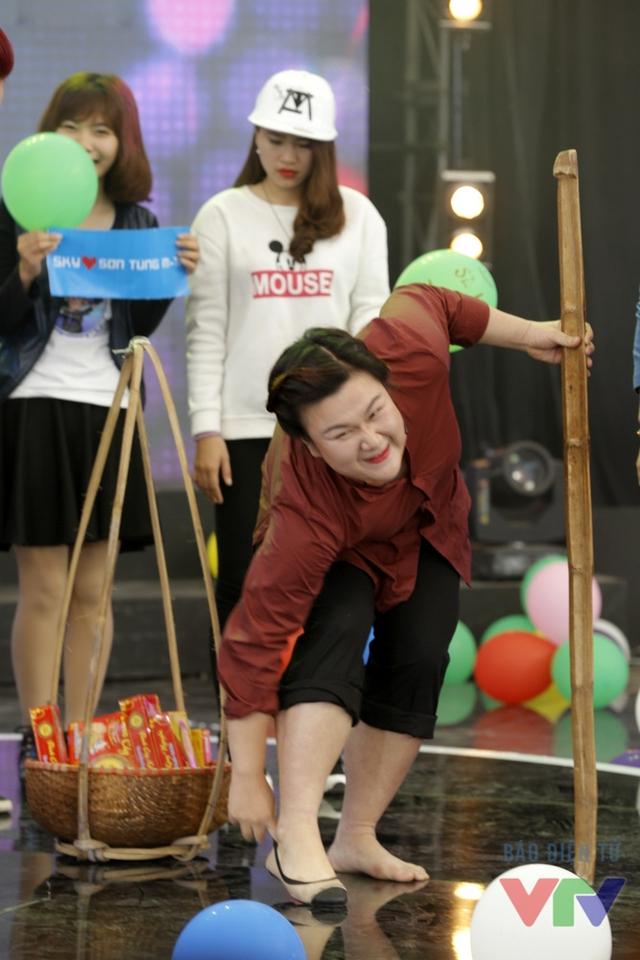 Hotgirl trăm ký Thủy Tiên bất ngờ xuất hiện và nhận lại chiếc giày đánh rơi của mình.