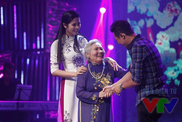 MC Anh Tuấn gây bất ngờ cho Ngọc Hân khi mời bà ngoại cô lên sân khấu giao lưu. Hai bà cháu đều mặc áo dài do chính Hoa hậu Việt Nam 2010 thiết kế.