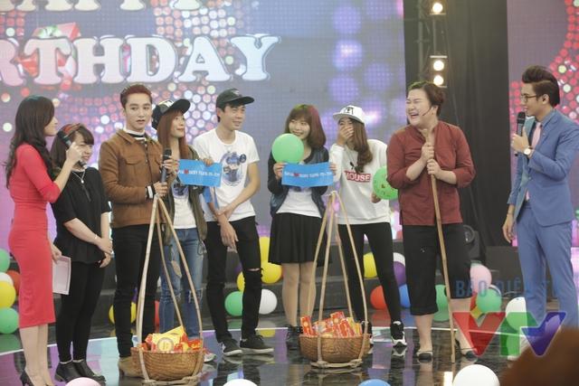 Các cộng tác viên đã cùng tham gia trò chơi tìm nàng Lọ lem cùng khách mời Sơn Tùng M-TP.