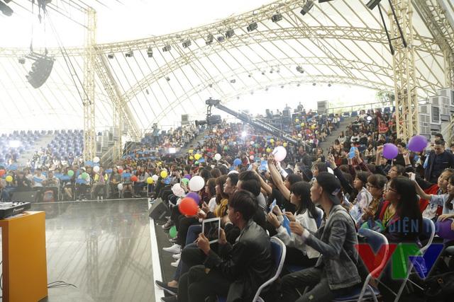 Chương trình có sự tham gia của hàng nghìn khán giả.