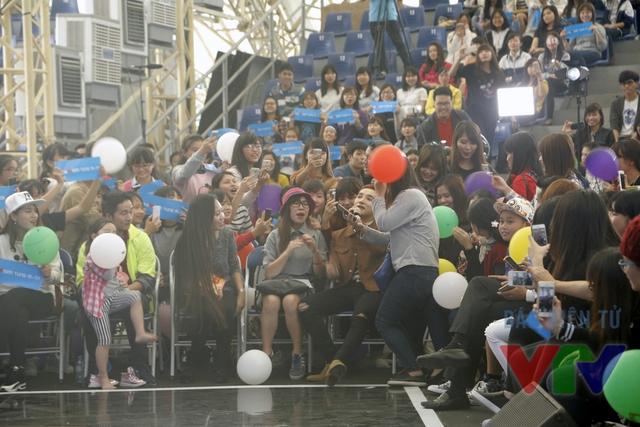 Nam ca sĩ cũng rất thân thiện giao lưu cùng khán giả tại trường quay.