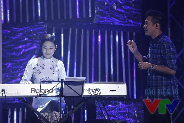 Sau phần giao lưu, Ngọc Hân trổ tài chơi piano bài hát Trót yêu