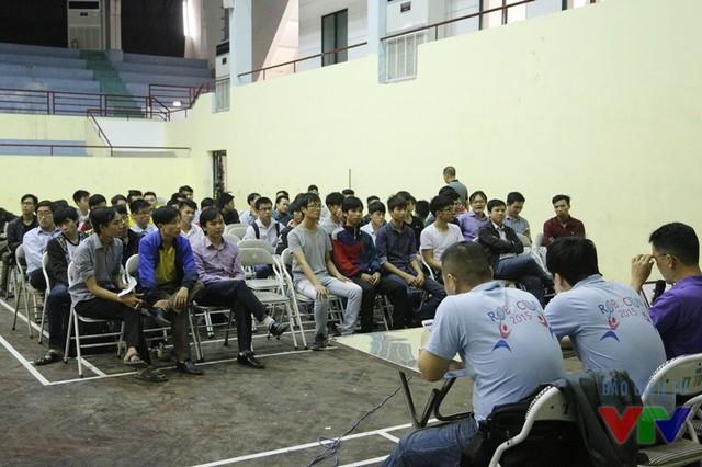 Các đội tuyển tập trung lắng nghe ban tổ chức phổ biến về quy chế và lịch thi đấu tại vòng loại Robocon Việt Nam 2016 khu vực phía Bắc