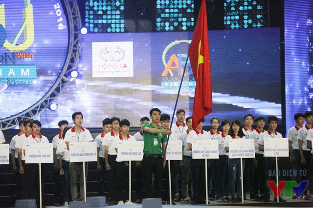 Các đội tuyển làm lễ chào cờ