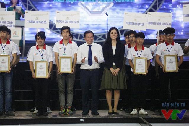 Ông Đỗ Quốc Khánh và bà Eriko Watanabe trao giấy chứng nhận cho các đội tuyển tham dự vòng loại phía Bắc