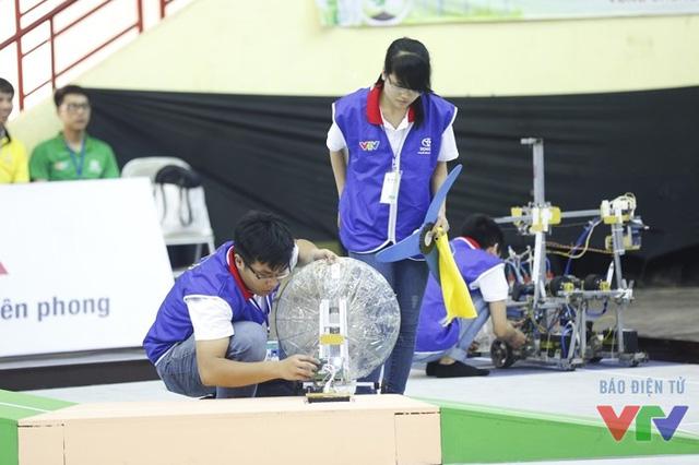 Các đội tuyển kiểm tra robot kỹ lưỡng trước khi bắt đầu trận đấu