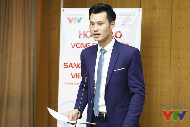 MC Mạnh Tùng dẫn chương trình trong buổi họp báo
