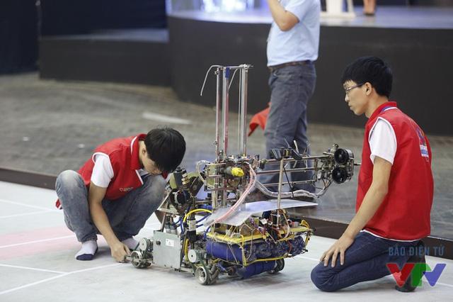 Các đội tuyển điều chỉnh và kiểm tra robot kỹ lưỡng trong vòng 1 phút trước khi bắt đầu trận đấu