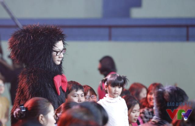 Ca sĩ Hoàng Bách xuất hiện ở hàng ghế khán giả trong tạo hình king kong