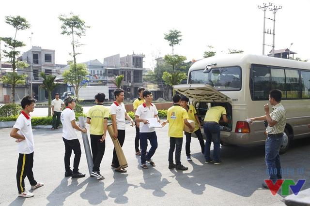 Các thành viên thực hiện chuyển đồ đạc và hành lý theo phân công của chỉ đạo viên