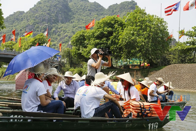 Máy quay nằm vùng trên thuyền cùng các đội tuyển