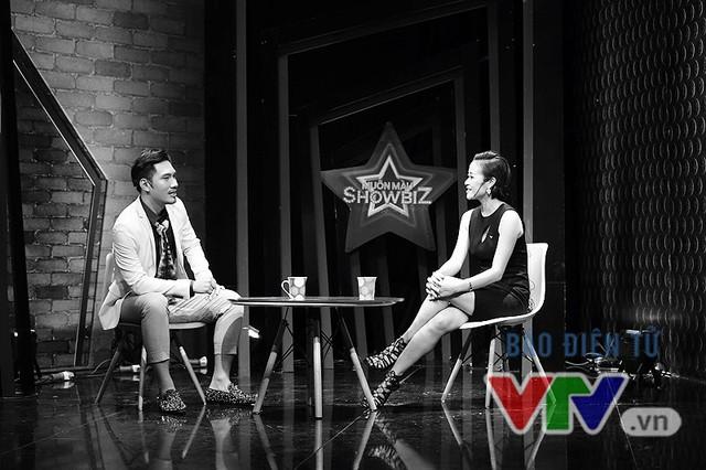 Lý Quí Khánh trò chuyện với người dẫn chương trình Phí Linh trong phần Sau ánh hào quang của Muôn màu Showbiz.