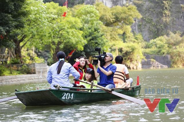 Việc ghi hình trong quá trình di chuyển tại Tràng An gặp nhiều khó khăn do thuyền thường xuyên rung lắc