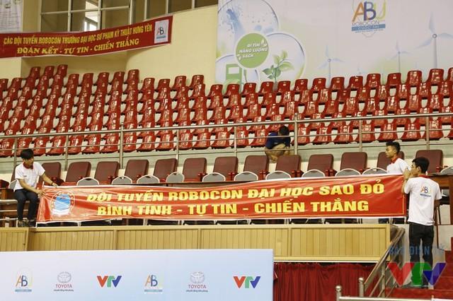 Băng-rôn cổ vũ đã được treo lên để sẵn sàng cho vòng chung kết diễn ra vào tối mai