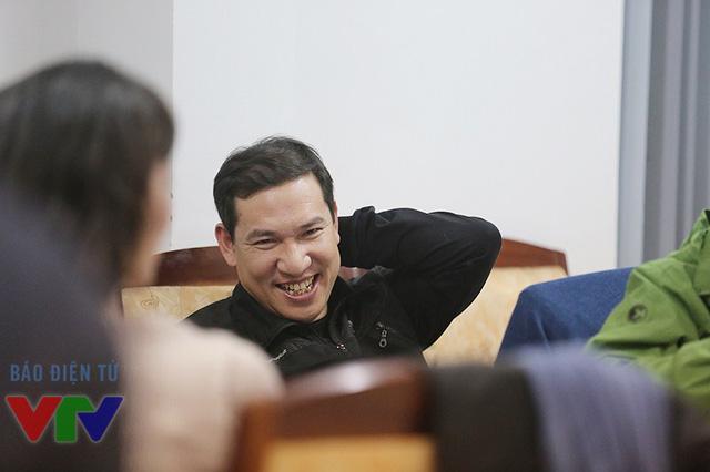 Quang Thắng rất vui vẻ khi ngồi theo dõi phần tập của các đồng nghiệp.