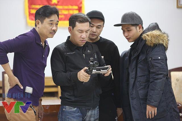Quang Thắng tỏ ra khá thích thú khi khám phá các sản phẩm công nghệ.