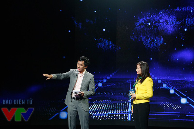 Nhà báo Lê Bình và nhà báo Trần Việt (Phó Giám đốc Trung tâm Tin tức VTV24) trên trường quay Tạp chí Kinh tế cuối năm: Thế giới phẳng hay không phẳng?.