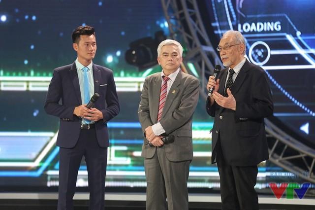 MC Mạnh Tùng giới thiệu trên sân khấu ông Ngô Thái Trị - nguyên Giám đốc Trung tâm Tin học Đo lường, Đài THVN - Trưởng Ban Giám khảo cuộc thi Robocon Việt Nam từ năm 2002 và ông Masashi Shimizu - Chuyên gia nghiên cứu công nghệ tự động hóa - Cố vấn công nghệ của cuộc thi ABU Robocon