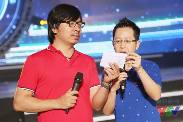 Dẫn dắt chương trình cùng MC Mạnh Tùng còn có sự hỗ trợ của BLV Việt Khuê và BLV Đinh Tiến Dũng - còn được biết đến với nghệ danh Giáo sư Cù Trọng Xoay