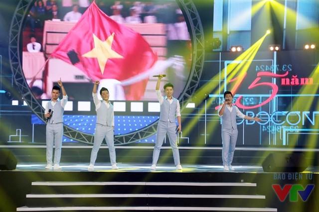 Bài hát Đường đến Vinh quang - một sáng tác của cố nhạc sĩ Trần Lập - qua phần thể hiện của nhóm rock Ngũ Cung thay cho lời kết của chương trình