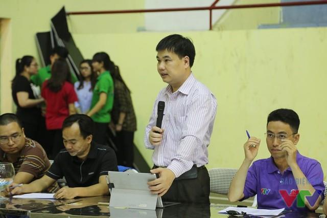 Ông Nguyễn Việt Phú - thành viên ban tổ chức cuộc thi Robocon Việt Nam - giải thích về cách thức bốc thăm chia bảng cho các đội tuyển