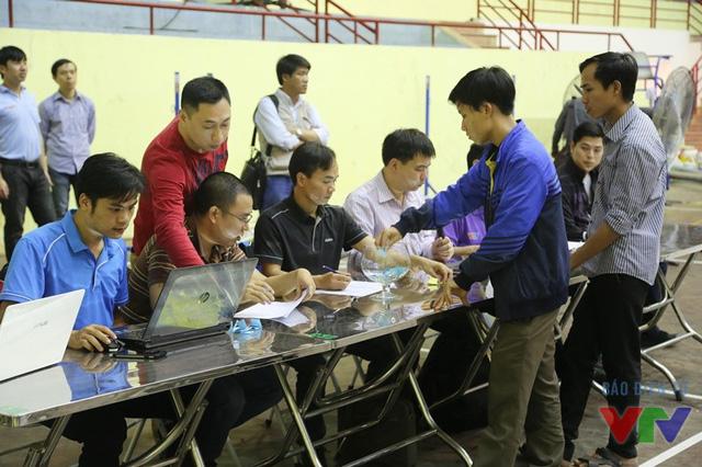 Đại diện các đội tuyển lần lượt lên bốc thăm để xác định vị trí và bảng thi đấu của đội mình