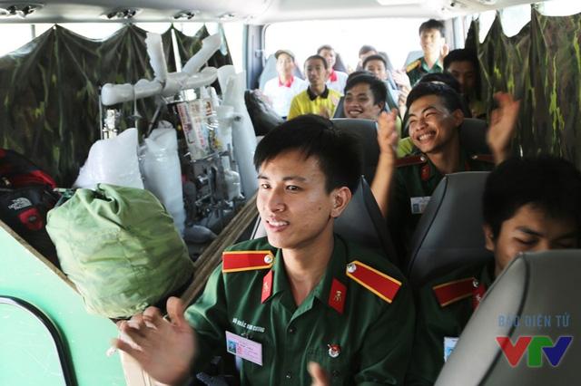 Các sinh viên Đại học Trần Đại Nghĩa cùng ca hát, cười đùa để quên đi sự mệt mỏi của chuyến hành trình dài