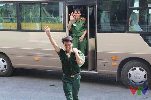 Thành viên của các đội tuyển Robocon trường Đại học Trần Đại Nghĩa vẫy chào Ninh Bình
