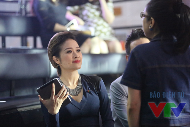 MC Phí Linh trao đổi kịch bản cùng ê-kíp sản xuất