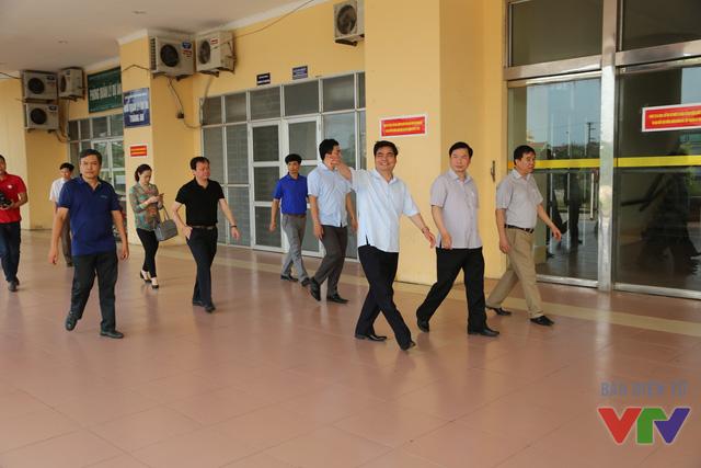 Đoàn khảo sát đi kiểm tra các khu vực của Trung tâm TDTT tỉnh Ninh Bình để đảm bảo việc chuẩn bị cho vòng chung kết Robocon Việt Nam 2016