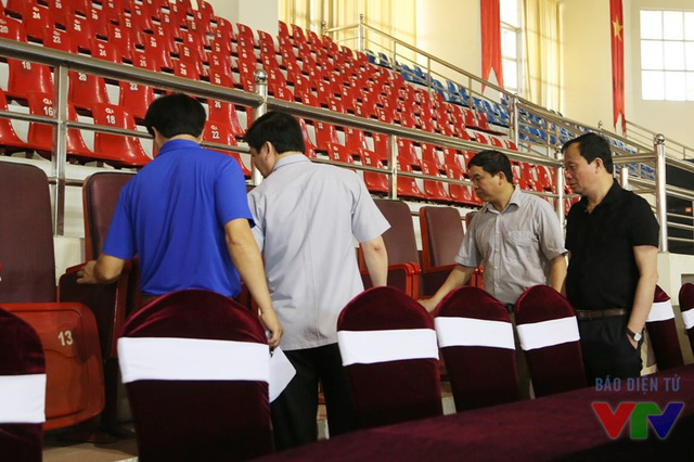 Đoàn khảo sát kiểm tra ghế ngồi của khách mời và ghế dành cho khán giả tại Trung tâm TDTT tỉnh Ninh Bình