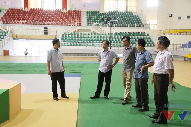 Lãnh đạo tỉnh Ninh Bình và Ban Tổ chức Robocon Việt Nam 2016 kiểm tra khu vực sân khấu và sân thi đấu