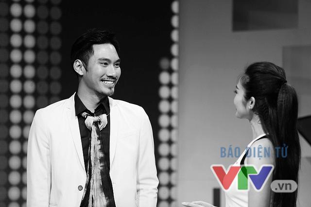 Lý Quí Khánh trao đổi với người dẫn chương trình Thùy Linh trước buổi ghi hình.