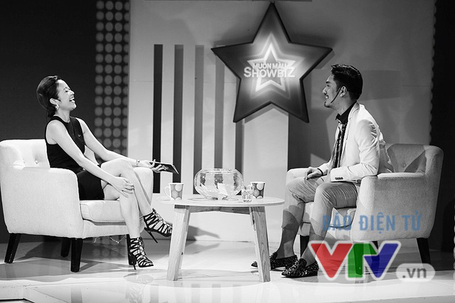 Vui vẻ trò chuyện với người dẫn chương trình Phí Linh trước khi ghi hình.
