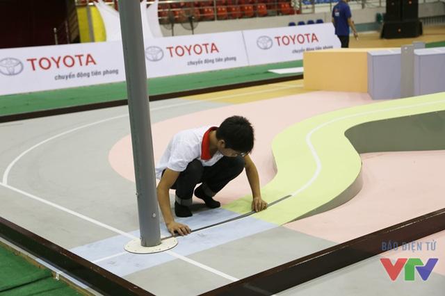 Các đội tuyển đo đạc lại cẩn thận sân thi đấu trong buổi thử sân