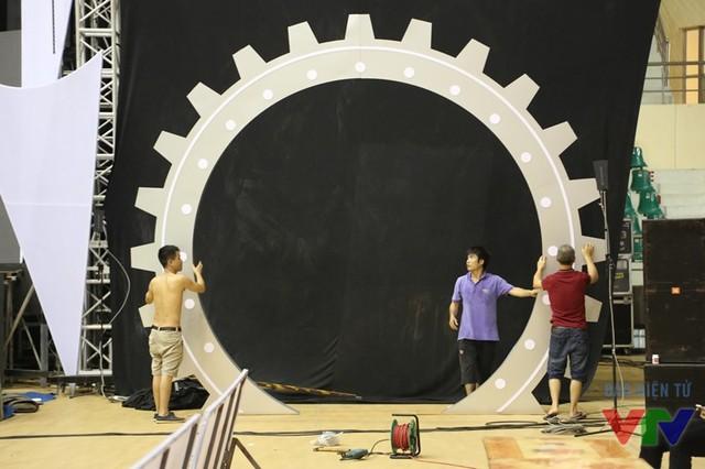Khu vực sân khấu tiếp tục được hoàn thiện