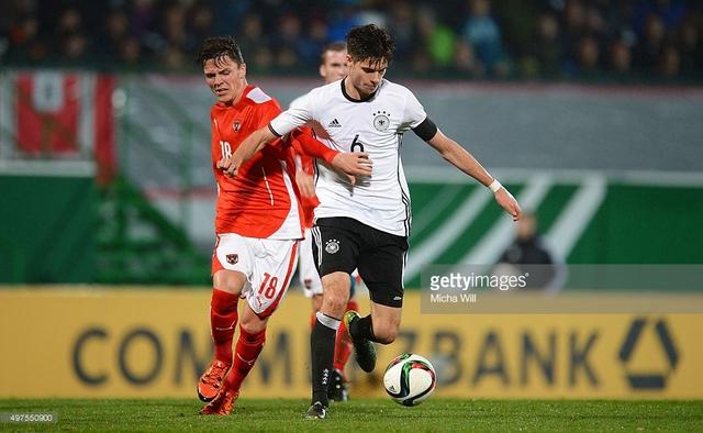 Julian Weigl (trắng) thi đấu rất chững chạc trong màu áo Dortmund mùa vừa qua