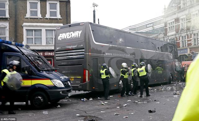 Các CĐV quá khích ném chay lọ, gạch đá về phía xe chở các cầu thủ Man Utd.