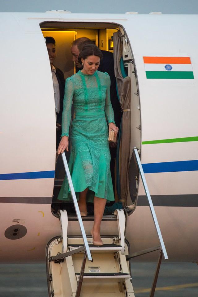 Trong một chuyến đi khác tới Assam (Ấn Độ), Công nương lại diện đầm ren màu xanh sang trọng của thương hiệu Temperley London.