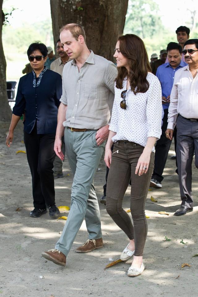 Trong một sự kiện, Công nương trở nên vô cùng thân thiện khi diện trang phục gọn gàng, đơn giản. Trong đó, cô chọn thiết kế giày bệt của Sebago.