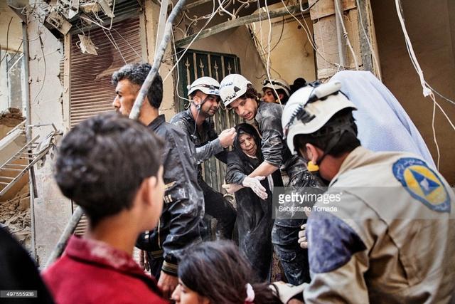Những tình nguyện viên cứ hộ thuộc tổ chức White Helmets luôn sẵn sàng quên đi tính mạng của mình để mang lại sự an toàn cho những người dân tại Syria. Ảnh: Getty