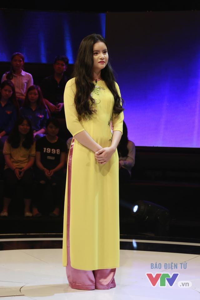 Nguyễn Thị Hà duyên dáng trong tà áo dài truyền thống.