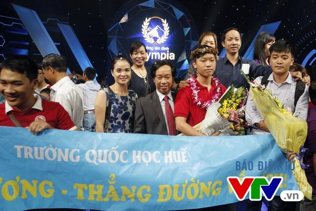 Thanh Chương chụp ảnh kỷ niệm cùng anh trai và các thầy cô của trường THPT Quốc học Huế.