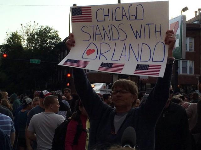 Người dân Chicago tưởng niệm nạn nhân xả súng. (Ảnh: Twitter)