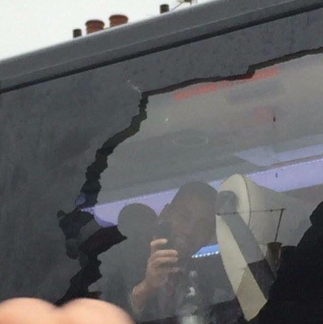 Các sao Man Utd bên trong xe vẫn tỏ ra bình thản, chụp ảnh lưu niệm.