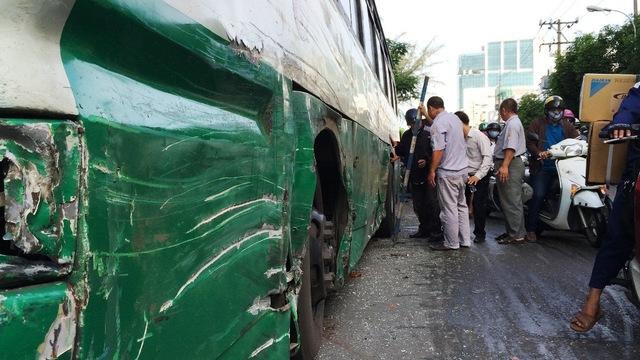 Chiếc xe buýt hư hỏng sau tai nạn. (Ảnh: Dân trí)