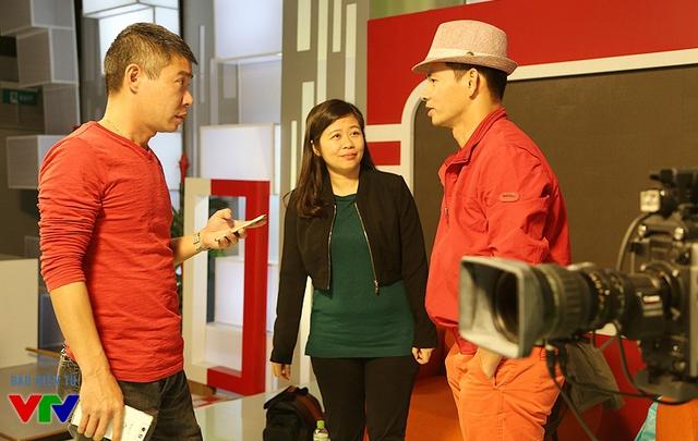 Cả hai diễn viên không ngại chia sẻ và trả lời câu hỏi của mọi người có mặt tại trường quay.