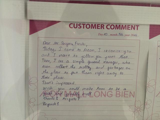 Một khách hàng đã viết ý kiến gửi cho AEON MALL Long Biên, bày tỏ sự ngưỡng mộ với hình ảnh một vị Giám đốc chăm chỉ nhặt rác trong TTTM