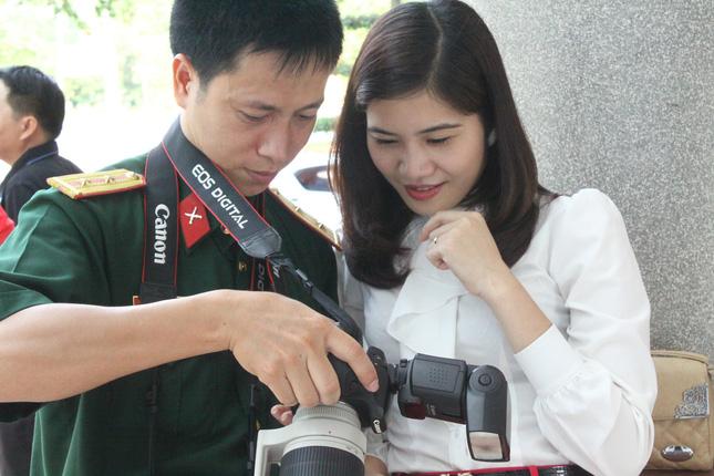 Phóng viên Đài PT-TH Thái Nguyên trao đổi nghiệp vụ với đồng nghiệp